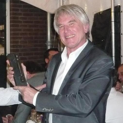 Cees Kole is 25 jaar NVM-lid en ontving daarvoor het Makelaarsstafje uit handen van NVM-voorzitter Mark Faasse