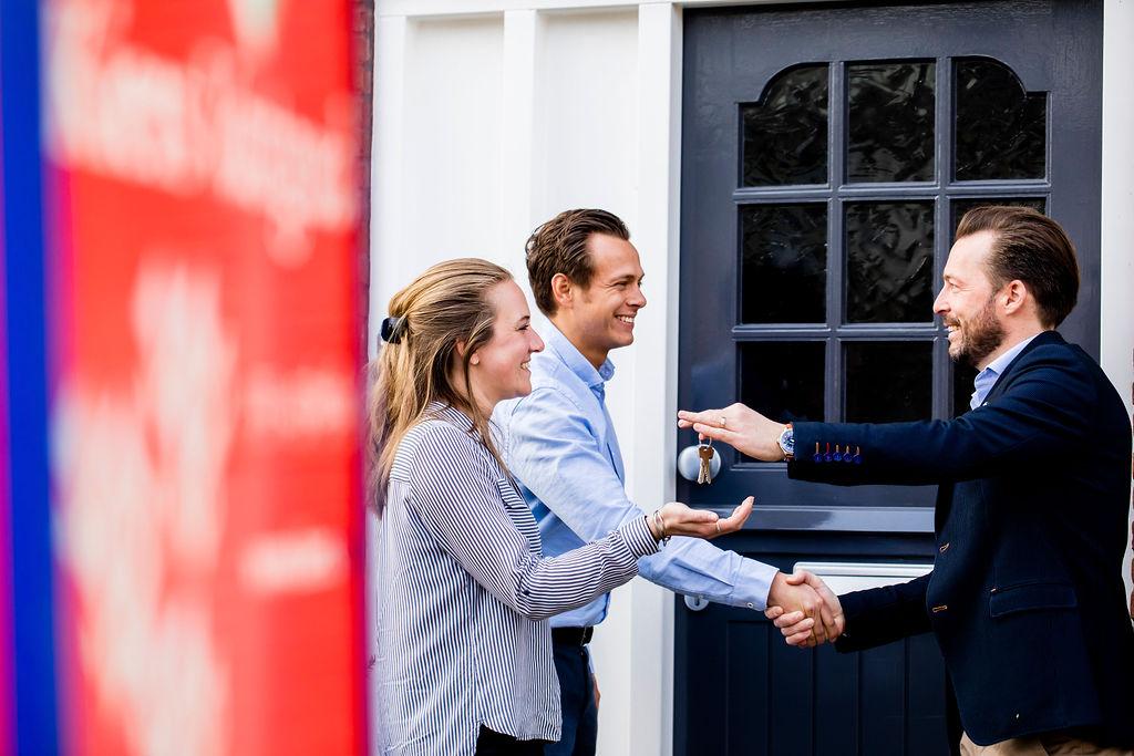 Kopers krijgen van hun aankoopmakelaar de sleutels van hun nieuwe huis