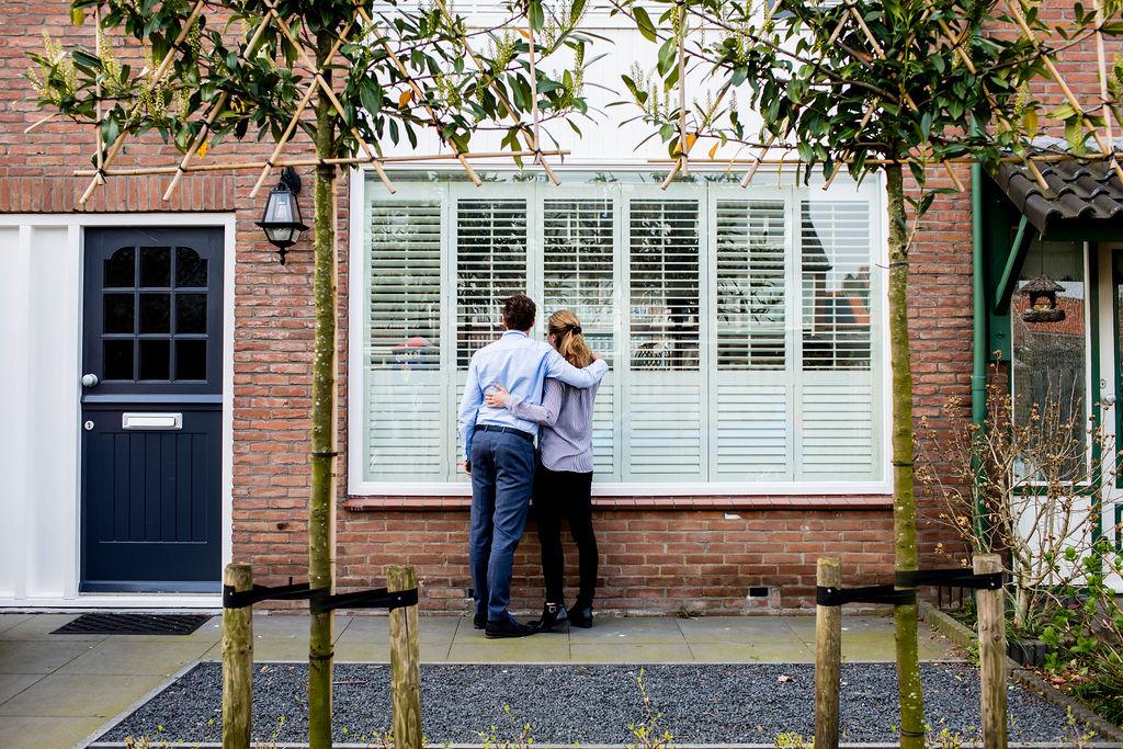 Kopers in de tuin op zoek naar een nieuwe woning