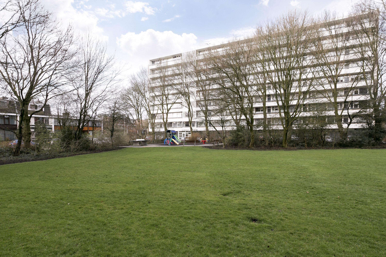 Te koop, zeer licht driekamer appartement van circa 61 m² op de derde verdieping met ruim balkon op het westen en vrij uitzicht in groene omgeving in de populaire wijk Elsrijk.