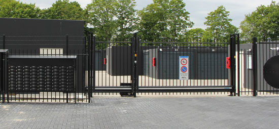 Het Business- en Boxenpark van Langstraat Units wordt omsloten door een fraai gecoat spijlen hekwerk voorzien van poort met toegangscontrole.