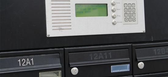 De entree van het Business- en Boxenpark van Langstraat Units is voorzien van poort met toegangscontrole. Dit betekent dat alleen eigenaren van de units toegang hebben middels een persoonlijke toegangscode.